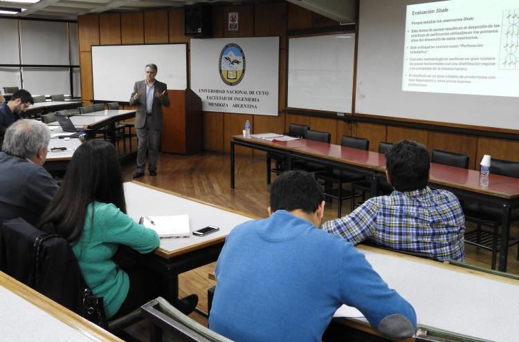 Conferencia trató la evaluación petrofísica de reservorios no convencionales