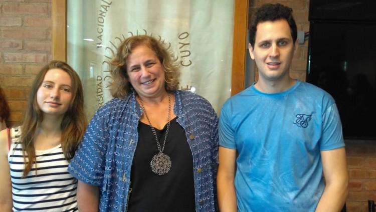 La Vicedecana, junto a los estudiantes reconocidos: Sophia Viazzo y Juan Pablo Garay