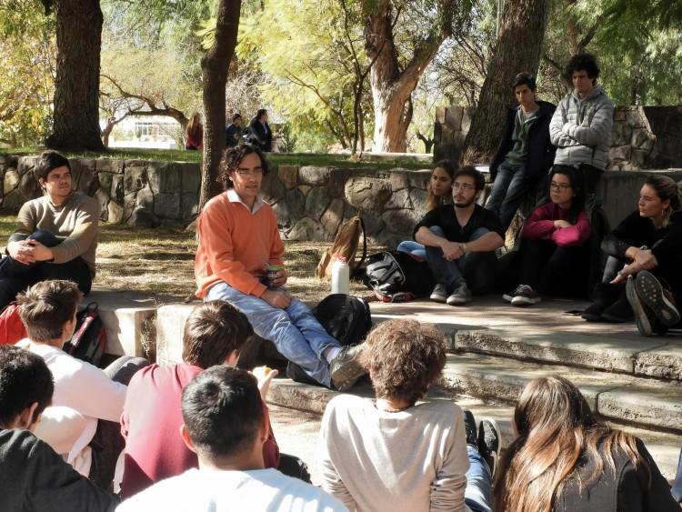 """Se realizó conferencia sobre """"La anti-ingeniería"""" en los jardines de la Facultad"""