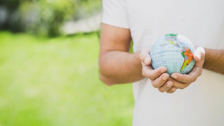 Charla sobre prácticas de protección del medio ambiente, y Programa Jóvenes Profesionales de Pluspetrol